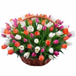 Cesto in vimini con tulipani di colori misti