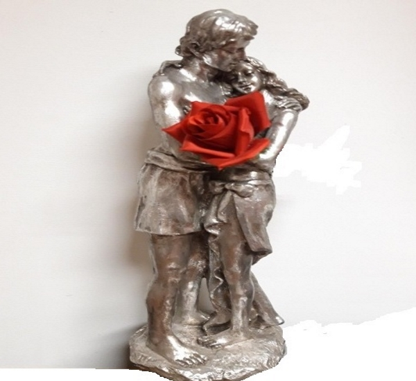 statuetta in resina con innamorati e rosa rossa artificiale