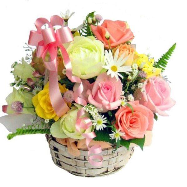 composizione in cesto con fiori colorati